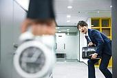 사무실 (업무현장), 출퇴근 (여행하기), 시계, 잡기 (만지기), 감시, 지각, 남성, 비즈니스, 몰래하기 (컨셉), 긴장감