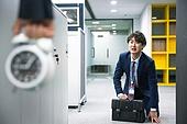 사무실 (업무현장), 출퇴근 (여행하기), 감시, 지각, 남성, 비즈니스, 몰래하기 (컨셉), 긴장감, 반성, 무릎꿇고앉기