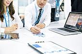 한국인, 남성, 여성, 사무실 (업무현장), 비즈니스, 비즈니스미팅 (미팅), 회의실, 토론, 동료 (역할), 팀워크 (협력), 미소