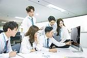 한국인, 남성, 여성, 사무실 (업무현장), 비즈니스, 비즈니스미팅 (미팅), 회의실, 토론, 동료 (역할), 팀워크 (협력), 대화, 업무현장, 컴퓨터모니터 (개인용컴퓨터), 클릭, 집중