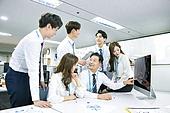 한국인, 남성, 여성, 사무실 (업무현장), 비즈니스, 비즈니스미팅 (미팅), 회의실, 토론, 동료 (역할), 팀워크 (협력), 대화, 업무현장, 컴퓨터모니터 (개인용컴퓨터), 액티브시니어, 지도력 (컨셉)