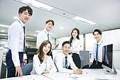 한국인, 남성, 여성, 사무실 (업무현장), 비즈니스, 비즈니스미팅 (미팅), 회의실, 토론, 동료 (역할), 팀워크 (협력), 대화, 업무현장, 미소, 밝은표정, 액티브시니어