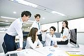 한국인, 남성, 여성, 사무실 (업무현장), 비즈니스, 비즈니스미팅 (미팅), 회의실, 토론, 동료 (역할), 팀워크 (협력), 대화, 업무현장
