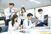 한국인, 남성, 여성, 사무실 (업무현장), 비즈니스, 비즈니스미팅 (미팅), 회의실, 토론, 동료 (역할), 팀워크 (협력), 대화, 업무현장, 휴대폰 (전화기), 모바일어플리케이션 (인터넷), 인터넷서핑 (격언)
