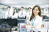 한국인, 남성, 비즈니스, 화이트칼라 (전문직), 사무실 (업무현장), 미소, 밝은표정, 동료 (역할), 팀워크 (협력), 여성, 팔짱[혼자] (몸의 자세)