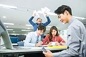 한국인, 사무실 (업무현장), 화이트칼라 (전문직), 비즈니스미팅 (미팅), 책임자 (전문직), 화, 꾸중 (말하기), 분노, 스마트폰, 게임, 무관심, 유머 (컨셉), 미소