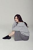 한국인, 여성, 스웨터 (상의), 겨울, 뷰티, 미소, 앉기 (몸의 자세)