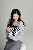 한국인, 여성, 스웨터 (상의), 겨울, 뷰티, 선물 (인조물건), 선물상자, 미소