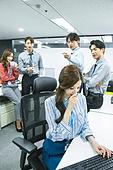 한국인, 사무실 (업무현장), 화이트칼라 (전문직), 스트레스, 왕따, 가십 (컨셉), 비웃음, 소외
