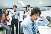 한국인, 사무실 (업무현장), 화이트칼라 (전문직), 스트레스, 왕따, 가십 (컨셉), 비웃음, 소외, 어두운표정