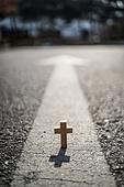 십자가,부활절,고난주간,사순절,나무십자가,이정표,화살표,목표,길,도로