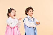 한국인, 어린이 (인간의나이), 한복, 전통문화 (주제), 한국명절 (한국문화), 미소, 들어올리기 (신체활동)