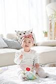 한국인, 아기 (인간의나이), 귀여움, 앉기 (몸의 자세), 머리띠 (헤어액세서리), 미소, 밝은표정