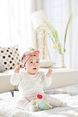 한국인, 아기 (인간의나이), 귀여움, 앉기 (몸의 자세), 머리띠 (헤어액세서리), 미소, 밝은표정, 웨이빙 (제스처)