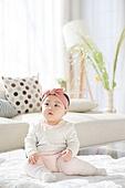 한국인, 아기 (인간의나이), 귀여움, 앉기 (몸의 자세), 머리띠 (헤어액세서리)