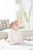한국인, 아기 (인간의나이), 귀여움, 앉기 (몸의 자세), 머리띠 (헤어액세서리), 무릎꿇고앉기, 호기심