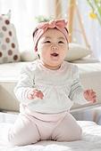 한국인, 아기 (인간의나이), 귀여움, 앉기 (몸의 자세), 머리띠 (헤어액세서리), 미소, 무릎꿇고앉기