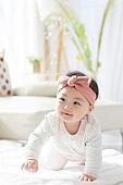 한국인, 아기 (인간의나이), 귀여움, 앉기 (몸의 자세), 머리띠 (헤어액세서리), 기어가기 (신체활동), 미소