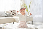 한국인, 아기 (인간의나이), 귀여움, 앉기 (몸의 자세), 머리띠 (헤어액세서리), 기쁨 (컨셉)