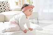 한국인, 아기 (인간의나이), 귀여움, 앉기 (몸의 자세), 머리띠 (헤어액세서리), 기어가기 (신체활동)