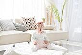한국인, 아기 (인간의나이), 귀여움, 앉기 (몸의 자세), 머리띠 (헤어액세서리), 하품