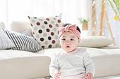 한국인, 아기 (인간의나이), 귀여움, 앉기 (몸의 자세), 머리띠 (헤어액세서리), 미소