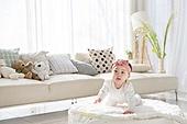 한국인, 아기 (인간의나이), 거실, 귀여움, 앉기 (몸의 자세), 머리띠 (헤어액세서리), 기어가기 (신체활동), 미소