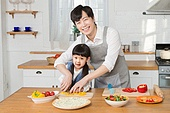 한국인, 아버지 (부모), 딸, 집 (주거건물), 부엌 (방), 요리하기 (음식준비), 육아대디 (아버지), 도움 (컨셉)