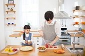 한국인, 아버지 (부모), 딸, 집 (주거건물), 부엌 (방), 요리하기 (음식준비), 육아대디 (아버지)
