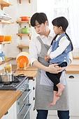 한국인, 아버지 (부모), 딸, 집 (주거건물), 부엌 (방), 요리하기 (음식준비), 육아대디 (아버지), 들어올리기 (신체활동), 가스스토브버너 (생활용품)