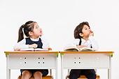 한국인, 어린이 (인간의나이), 초등학생, 학생, 수업중 (교육), 공부 (움직이는활동), 생각하는 (정지활동), 턱괴기 (만지기)