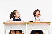한국인, 어린이 (인간의나이), 초등학생, 학생, 수업중 (교육), 공부 (움직이는활동), 생각하는 (정지활동), 턱괴기 (만지기), 미소