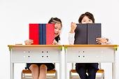한국인, 초등학생, 학생, 수업중 (교육), 공부 (움직이는활동), 책, 가려진얼굴 (식별할수없는사람), 미소