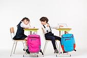 한국인, 어린이 (인간의나이), 초등학생, 학생, 수업중 (교육), 공부 (움직이는활동), 비교, 엿보기 (응시)