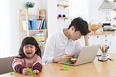 한국인, 아버지, 딸, 육아, 육아대디 (아버지), 재택근무 (비즈니스), 스트레스, 울음 (얼굴표정)