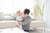 한국인, 여자아기 (여성), 딸, 아버지 (부모), 거실, 육아, 육아대디 (아버지), 돌보기 (컨셉), 울음 (얼굴표정), 스트레스, 당혹 (컨셉)