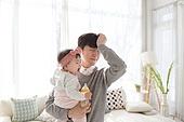한국인, 여자아기 (여성), 딸, 아버지 (부모), 거실, 육아, 육아대디 (아버지), 돌보기 (컨셉), 포옹 (홀딩), 분유, 먹여주기 (움직이는활동), 스트레스, 울음 (얼굴표정)