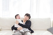 한국인, 여자아기 (여성), 딸, 아버지 (부모), 거실, 육아, 육아대디 (아버지), 돌보기 (컨셉), 피로 (물체묘사), 스트레스, 울음 (얼굴표정), 잠