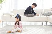 한국인, 딸, 아버지 (부모), 거실, 육아, 육아대디 (아버지), 돌보기 (컨셉), 피로 (물체묘사), 스트레스, 휴식, 삐침
