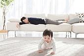 한국인, 딸, 아버지 (부모), 거실, 육아, 육아대디 (아버지), 돌보기 (컨셉), 피로 (물체묘사), 스트레스, 잠, 휴식, 삐침, 아기 (인간의나이), 기어가기 (신체활동), 미소