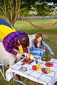 커플 (인간관계), 캠핑 (아웃도어), 텐트, 테이블, 음식준비 (움직이는활동)