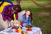 커플 (인간관계), 캠핑 (아웃도어), 텐트, 테이블, 음식준비 (움직이는활동), 미소
