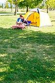 커플 (인간관계), 텐트, 여유로운주말 (레저활동), 휴가, 여행, 캠핑, 디지털태블릿 (개인용컴퓨터), 응시
