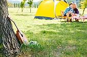 커플 (인간관계), 텐트, 여유로운주말 (레저활동), 휴가, 여행, 캠핑, 디지털태블릿 (개인용컴퓨터), 응시, 음악, 우쿨렐레 (통기타), 헤드폰 (오디오장비), 나무기둥