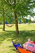 캠핑 (아웃도어), 나무, 들판, 들판 (경작지), 해먹, 테이블, 의자 (좌석)