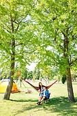 여성, 휴식, 여행, 캠핑 (아웃도어), 해먹, 나무, 스마트폰