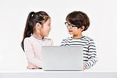 한국인, 어린이 (인간의나이), 초등학생, 노트북사용, 코딩교육, 인터넷서핑 (격언), 미소, 마주보기