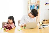 한국인, 남성 (성별), 성인 (인간의나이), 재테크, 아버지 (부모), 딸, 어린이 (인간의나이), 가족, 울음 (얼굴표정), 스트레스