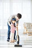아버지 (부모), 딸, 대청소 (환경보호), 거실, 진공청소기 (클리닝도구)