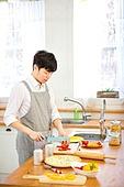 요리하기 (음식준비), 음식준비 (움직이는활동), 주방, 전업남편 (고정관념), 날 (인조물건), 썰기